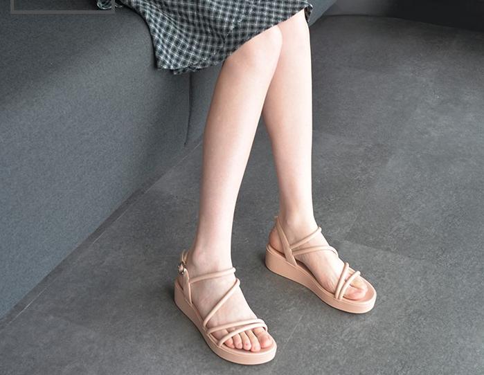 平底凉鞋简简单单,搭配裤装裙装和休闲装,征服闷热的夏天