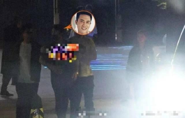 杜淳被曝国庆领证结婚,与女友看电影却被拍到大厅内吸烟 娱乐 热图6