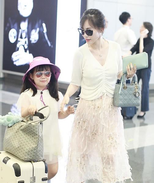 王宝强母亲去世,马蓉带女儿现身机场,母女很有时尚范