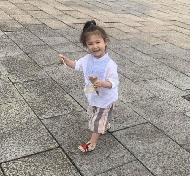 秦舒培素颜与女儿同框,Alaia眨眼卖萌的样子像极了陈冠希