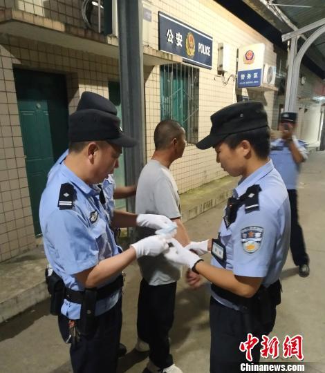 男子在火车铺位裸睡还做不雅动作 被行拘5日