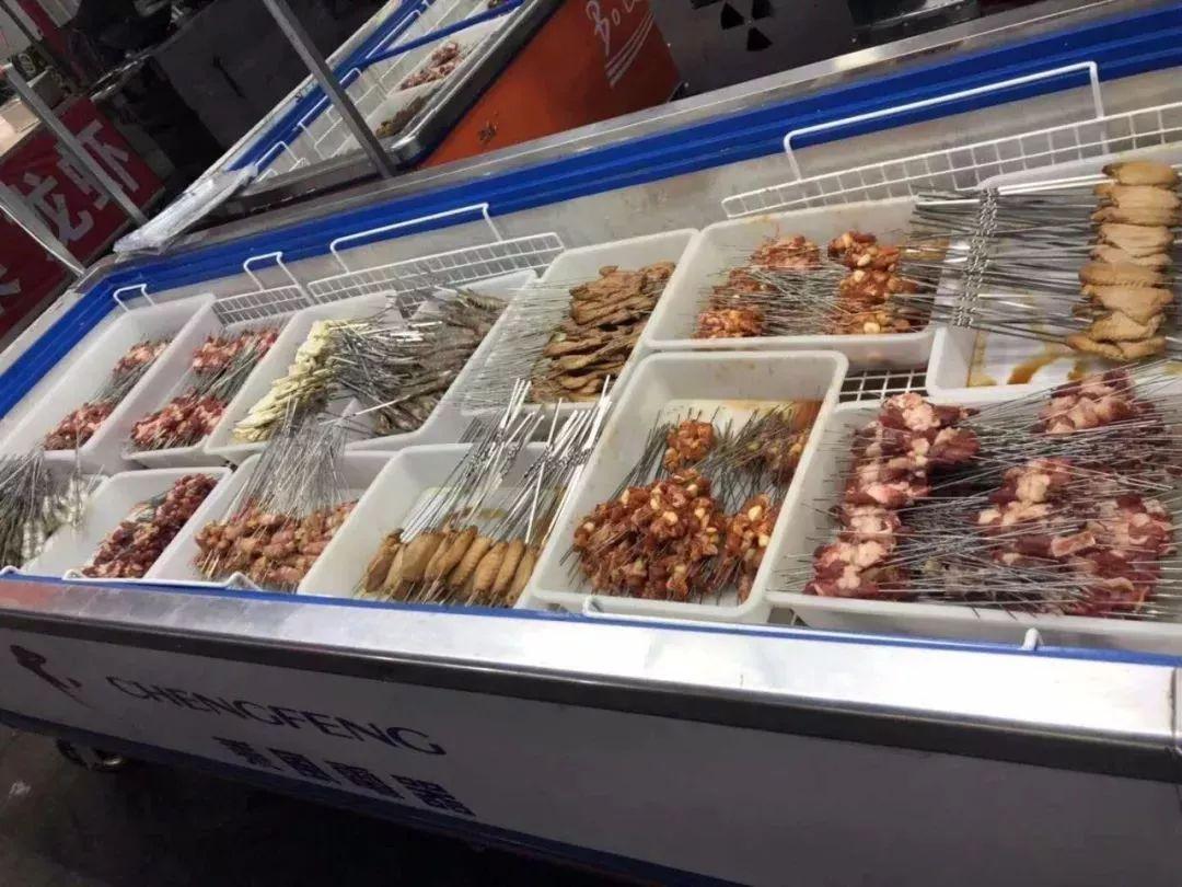 不法商贩竟用洁厕液洗小龙虾,若食用将影响人体免疫系统