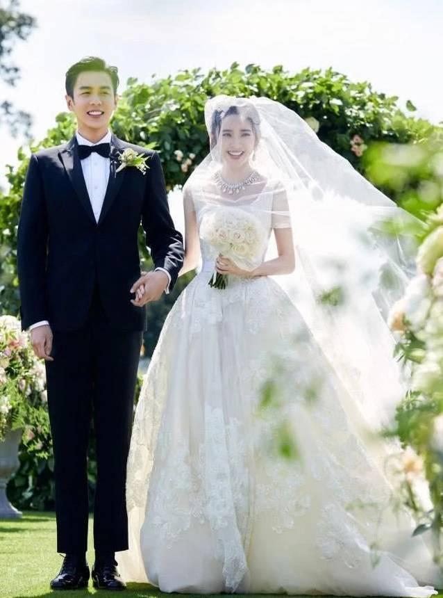 张若昀蜜月后回国首亮相,穿情侣装帮老婆拎包超贴心