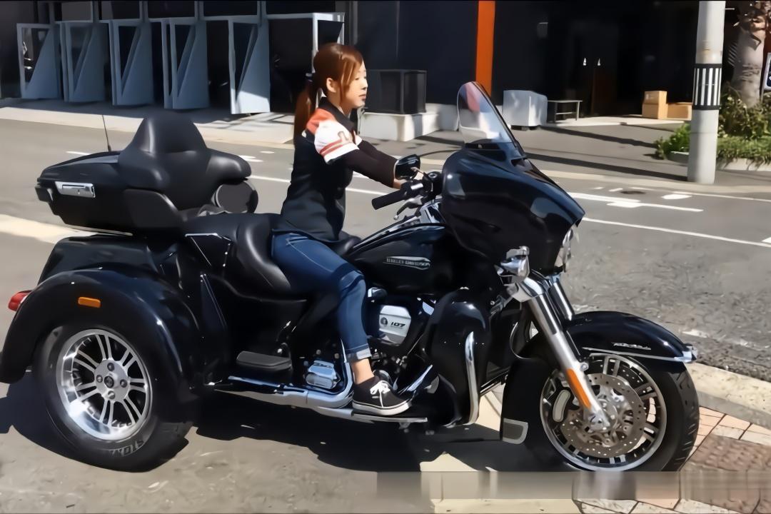 日本萌妹子试驾哈雷戴维森,人美车更美,一道靓丽风景!