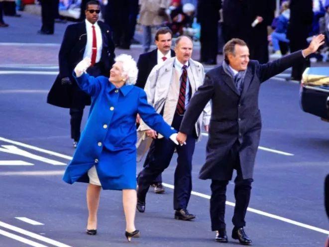 成为总统的老布什,对芭芭拉的爱也是一分未少.