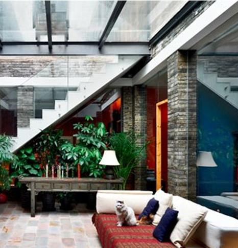 中庭设计:四通八达的公共中庭,不仅上方透过玻璃敞向天空,四周也由