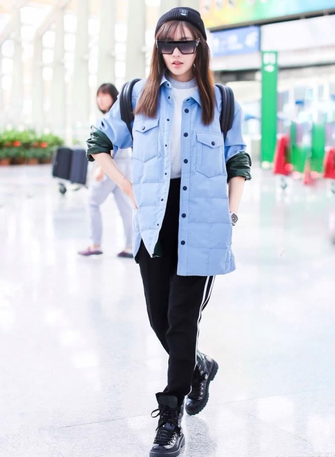 张天爱示范简约风穿搭身穿蓝色外衣搭配活动裤