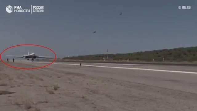 美女记者冒险直播轰炸机起飞,上跑道差点被削头