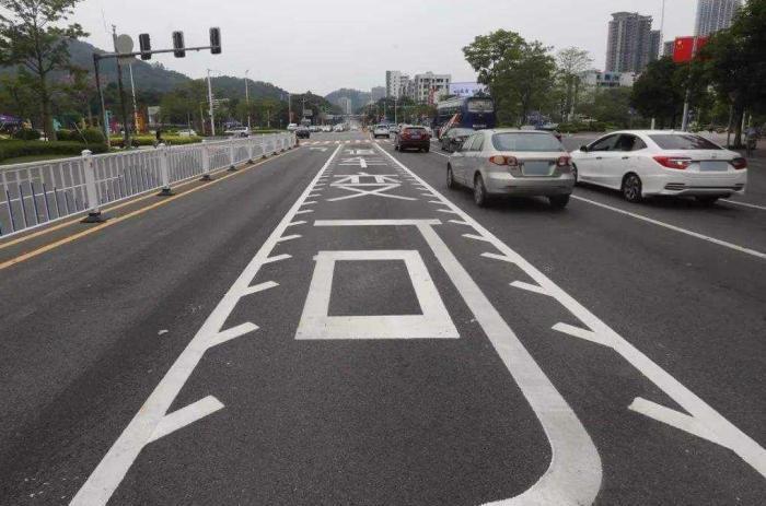 路口的锯齿车道是何意思?老司机:不会用别乱走,被罚一次就懂了