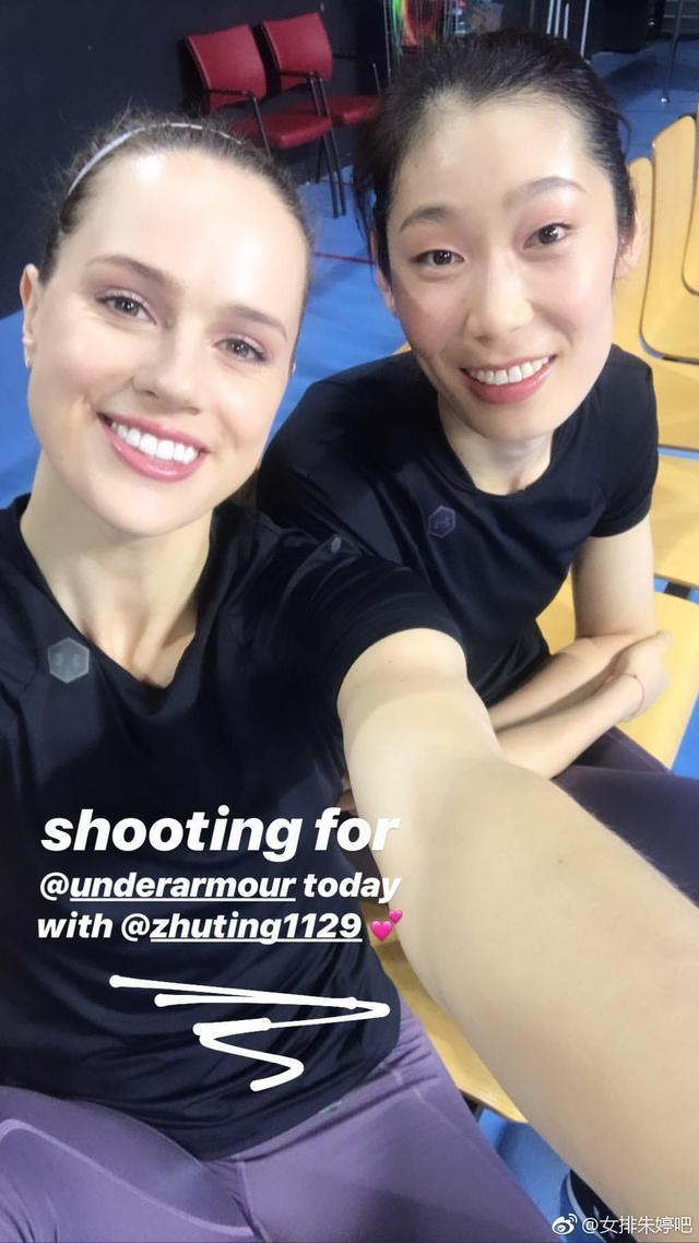 朱婷与队友罗宾逊晒自拍合照,肤白貌美妆容精致女神范十足