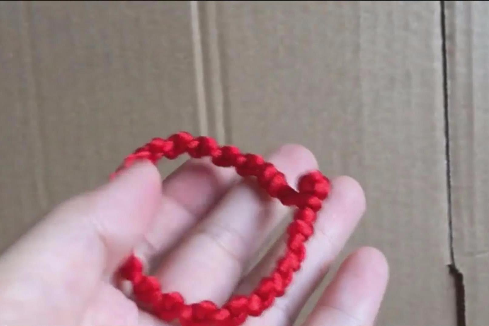 教你编织一款简单漂亮的红绳手链,编法很简单,转运红绳手链