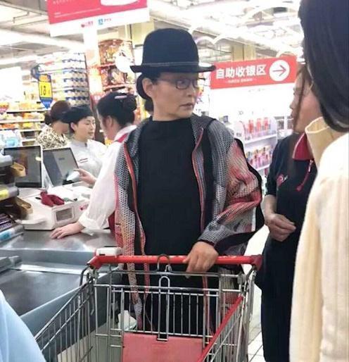 65岁潘虹素颜老成这样,小一岁的赵雅芝,还在扮嫩装少女!