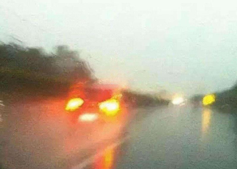遇到下雨天,开雾灯还是双闪?交警:开错就是违章,风里雨里等你