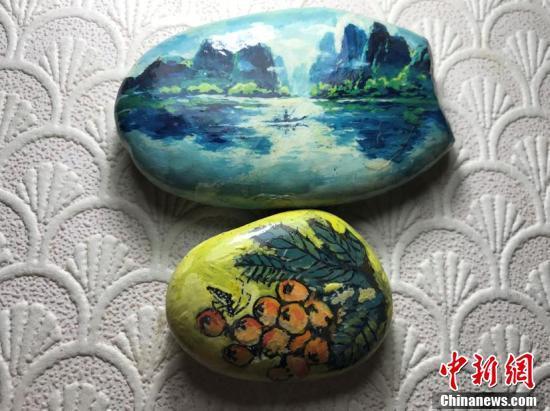 八旬老人长江捡鹅卵石再作画 把普通鹅卵石变成艺术品