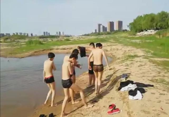 安丘大汶河水域,有孩子下水洗澡被老师劝阻。