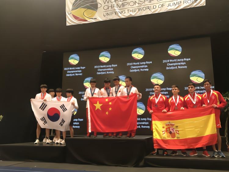 岑小林再破世界纪录!三名中国小学生勇夺跳绳世界杯冠军