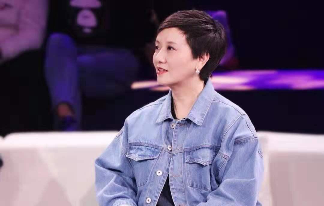 61岁的邓婕携养子报名参加酒局,餐后挽手回家了,言行举止亲密无间显母亲的爱
