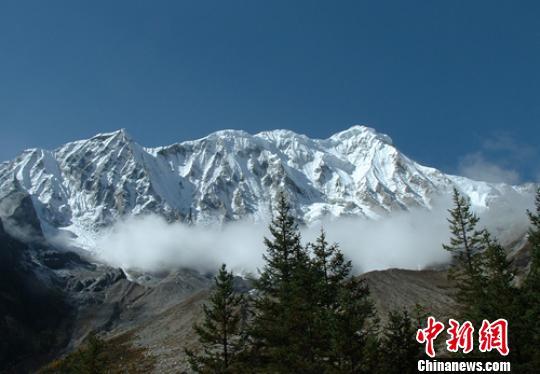 四川格聂神山再现游客非法穿越 景区:必须登记备案