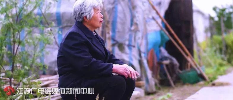 68岁老母亲洗碗8年为去世儿子还巨债,只为心中那两个字……