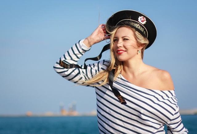 俄海军节中国盾舰吸睛,码头围观者众多,少不了靓丽的海魂衫美女