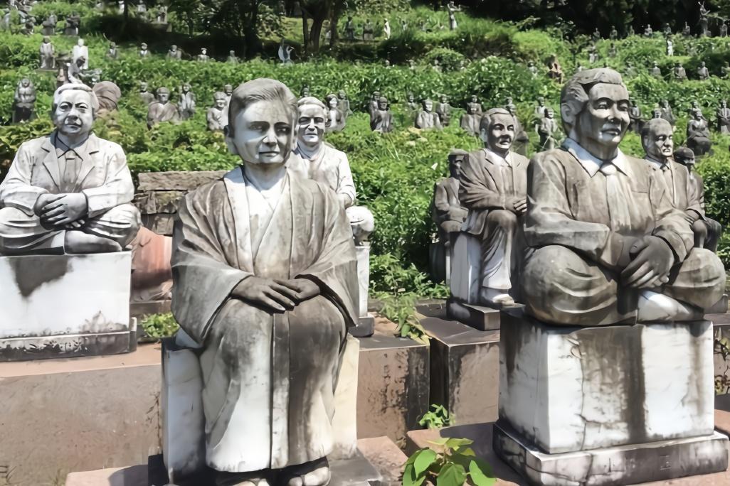 日本富豪花3.6亿建亲友雕像园堪称中国版兵马俑,如今却被废弃
