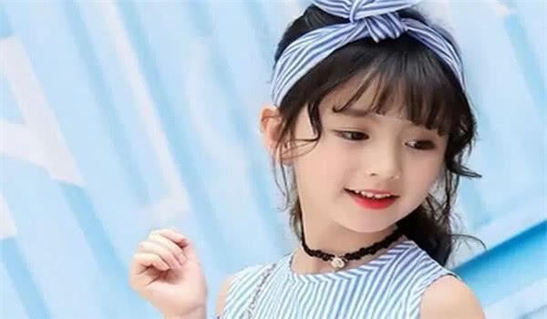 9岁小女孩爆红网络,长相甜美可爱,年纪虽小却已有了自己的事业
