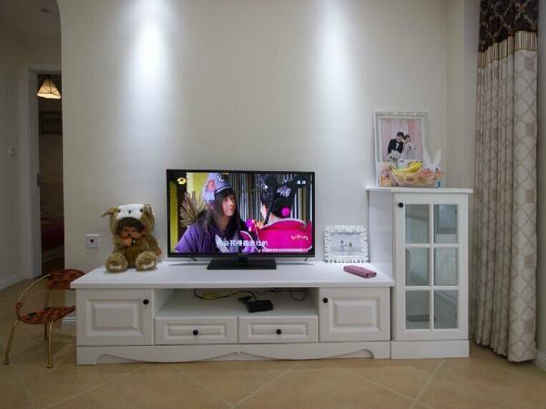 客厅的电视墙没有做什么造型设计,只是放了定制的电视柜,很小巧精致