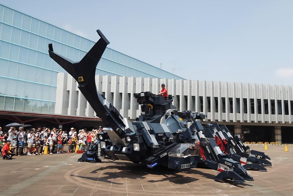 """日本最牛的老大爷:亲手造出巨型""""机甲兽"""",撞坏坦克都没问题"""