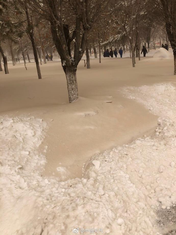 """罕见极端天气 新疆多地降""""黄雪"""""""