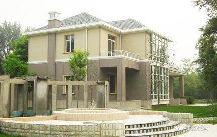 款式四:三层简欧式别墅,外墙的装修用不用的瓷砖组成,使房子在远处看