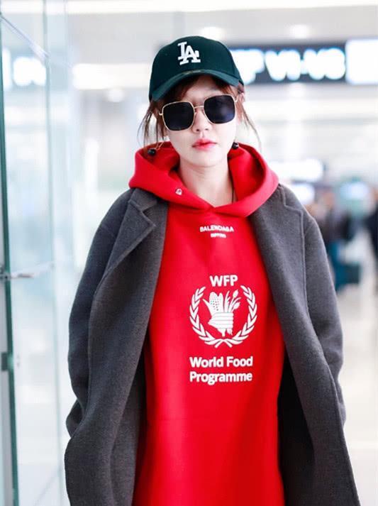 薛佳凝穿灰色外套配红色卫衣,穿酒照片针织长最强-的女生穿袜子红色402000图片