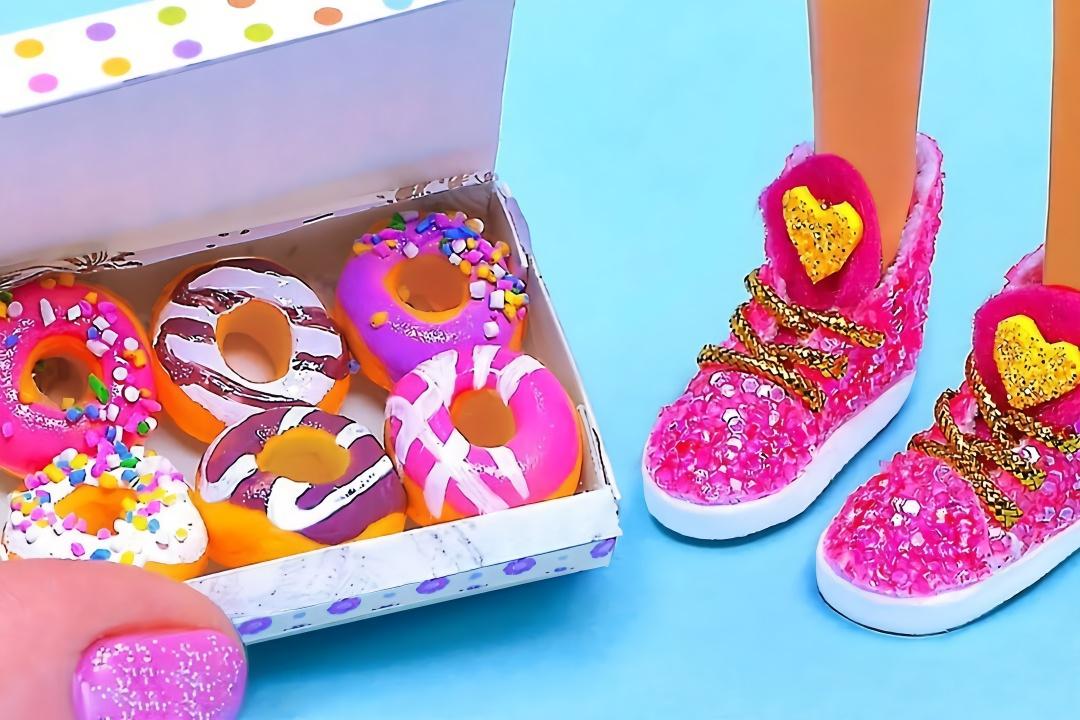 给芭比娃娃做鞋子包包甜甜圈等迷你物品,做法都很简单,手工diy