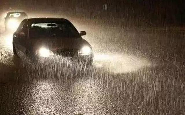 雨雾天气开车需要注意什么?老司机:牢记这几个用车技巧