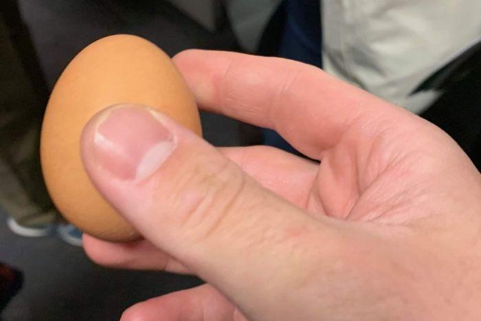【有片‧中头奖】出席竞选集会澳洲总理遭鸡蛋袭击