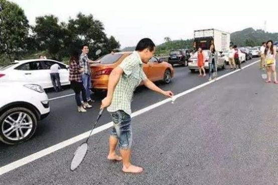 高速堵车的时候大家都在干什么?网友:你大妈还是你大妈啊