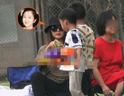 33岁何洁裸妆最新照片,和2个小孩一起亮相身型发胖令人认不出来