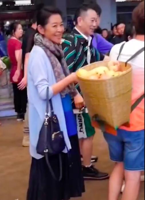 77岁赵忠祥近照曝光,亮相中央电视台大门口,行走费力衰老许多