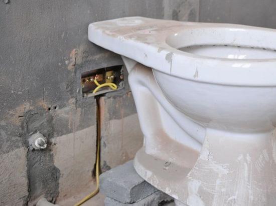 做了30年的老电工告诉我,卫浴间没装这个很危险!