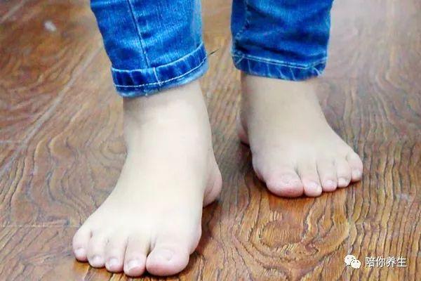 脚趾甲总往肉里长 一碰还疼 别着急拔甲 也许在家就能处理