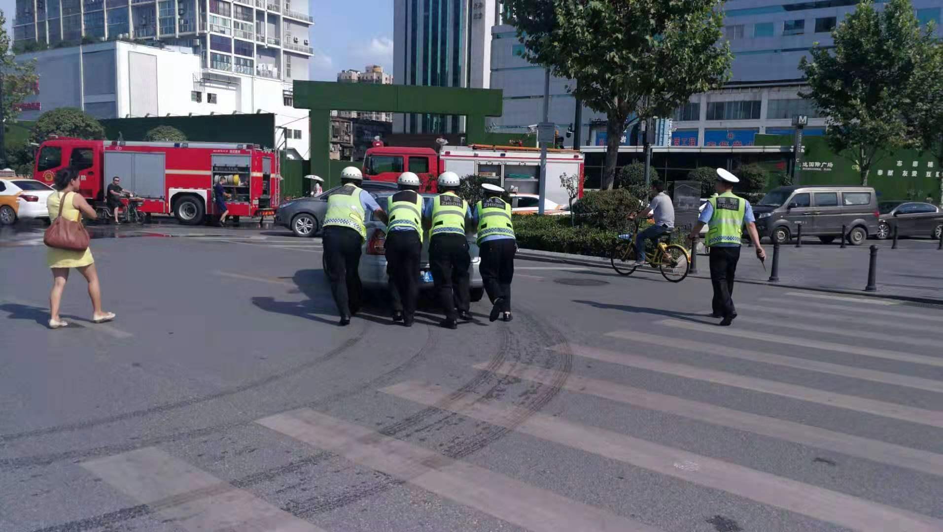 天气太热 车辆自燃警民联手施救