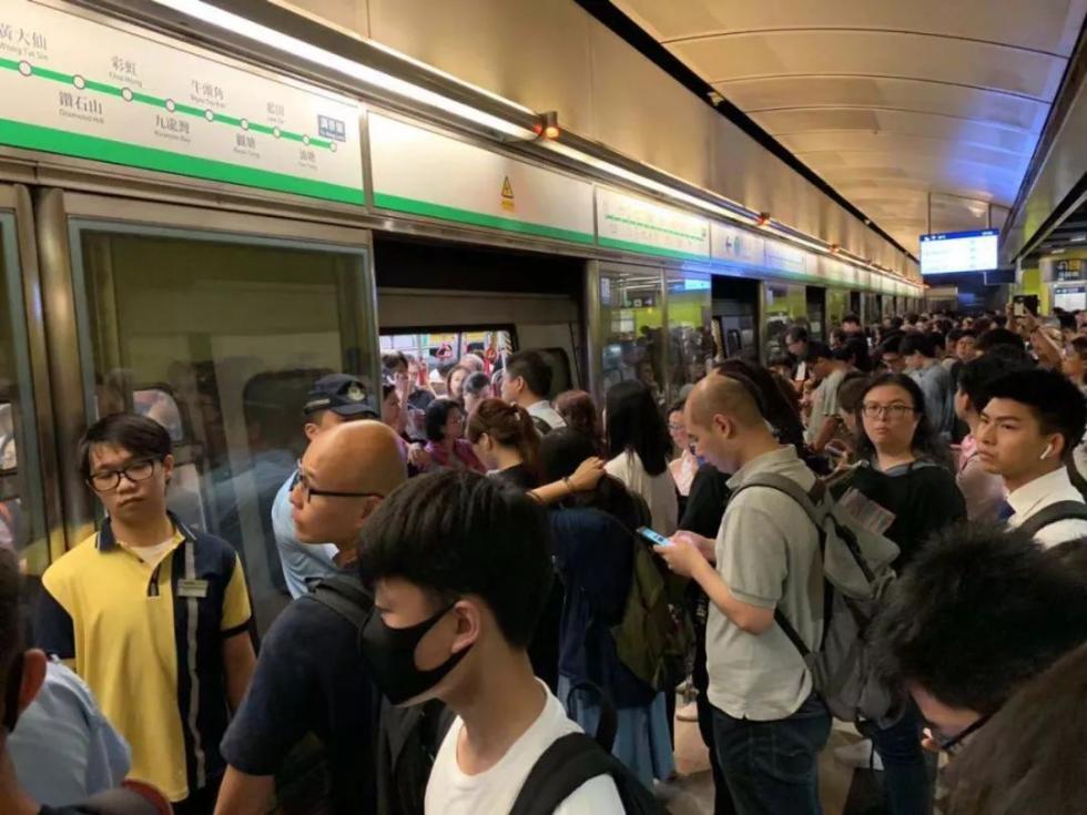 无良知!他们在香港地铁挡车门赶