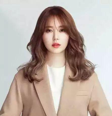 韩式慵懒中长发也很常见,中长发搭配空气刘海,给人感觉嫩嫩的,自然的
