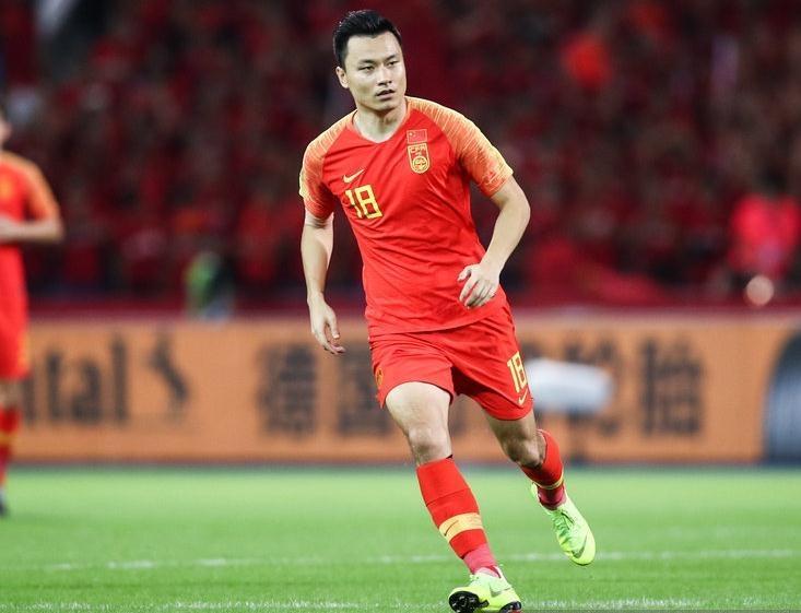 爭議聲中郜林成為國足現役出場第一人 中場休息不忘提點小球員