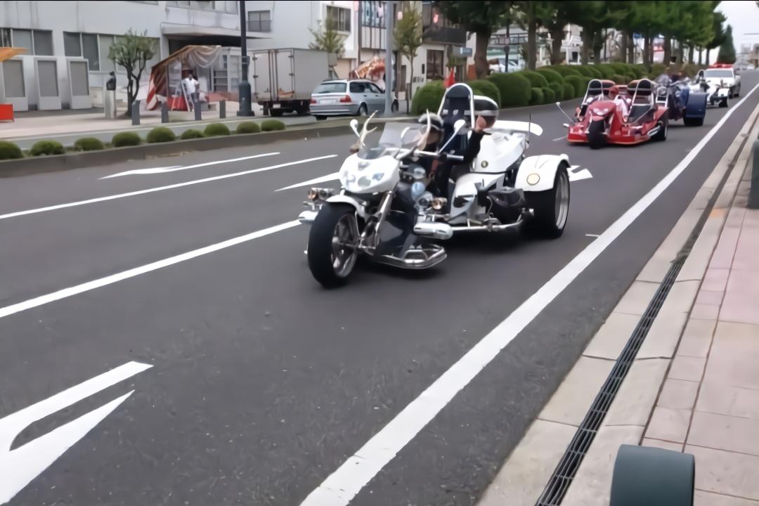 日本街头的三轮车车队,我觉得这比超跑车队还拉风!