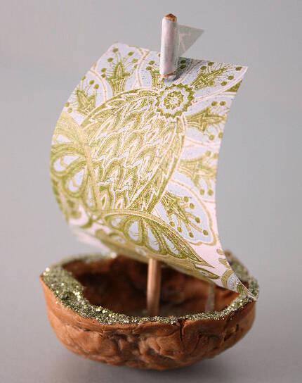 非常可爱的手工小制作作品,用核桃壳制作的桌面摆件——核桃号小帆船