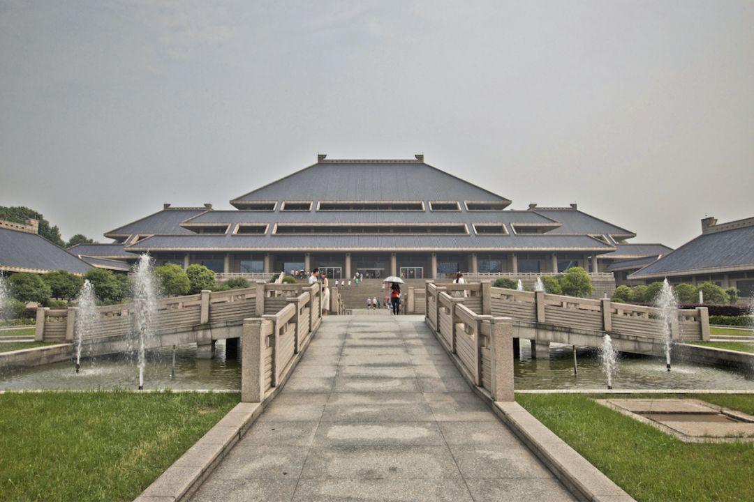 """湖北省博物馆   """"不服周""""(不服气,不甘心)   这句武汉方言,据说便出自而熊渠与周王朝的恩怨."""