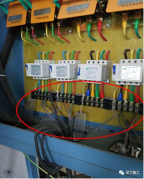 4,接线端防护面板未使用; 5,保护零线未接 1,单机箱一箱多用; 2,用电