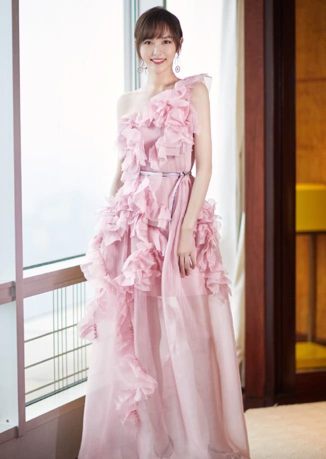 唐嫣身穿一袭吊带裙既性感又不失甜美难怪罗晋这么爱她_腾讯分分