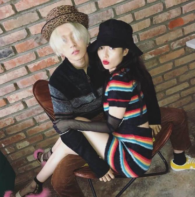 金泫雅和男友相拥秀恩爱,穿丝袜当手套,还穿了