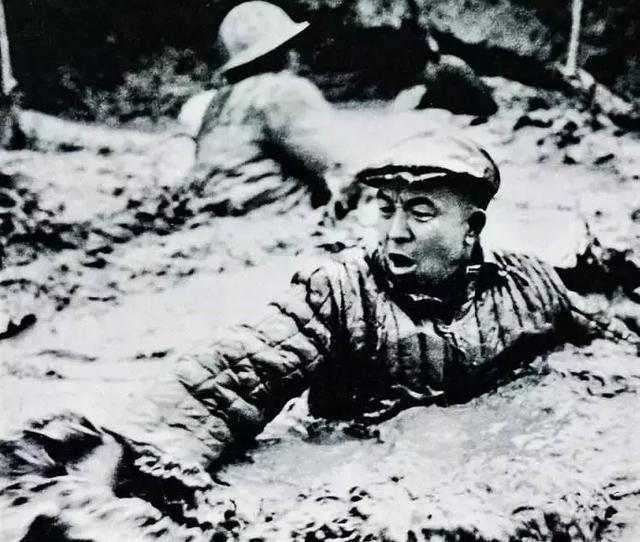 中国首枚核弹起爆之际,一群马匪闯入爆心偷东西被抓
